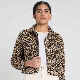 Jeansjacka i leopardmönster. Inköpt i höstas men aldrig använd.