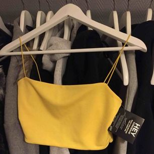 Populärt gult linne med smala band från NLY One. Aldrig använd, alla lappar kvar. Nypris 149kr. Frakt tillkommer på 39kr✨