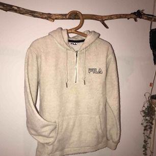 Skitsnygg och mysig Fila Teddy (hoodie), köpt på Junkyard. Använd 1-2ggr, inga fläckar, hål eller annat utan ser ut som ny!