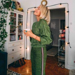 Supersnyggt grönt glittrigt set från HM trend, perfekt inför jul och nyår! Byxa i storlek 34 och tröja i storlek 38. Kan även köpas separat.