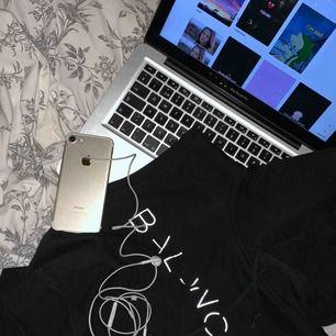 🖤 En croppad hoodie från BIK BOK kolektion BALANCE. Den har en luva med snöre i. Trycket är i reflex 🖤 Frakten ingår i priser