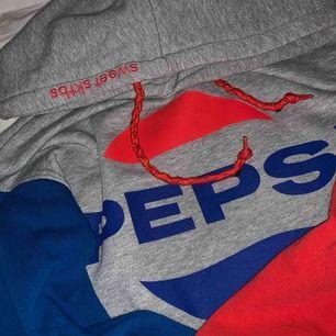 ❤️En pepsi hoodie från Junkyard med en röd & blå arm. På luvan står det Sweet sktbs med röd text. Använd 4-5 gånger.💙 Frakten ingår i priset