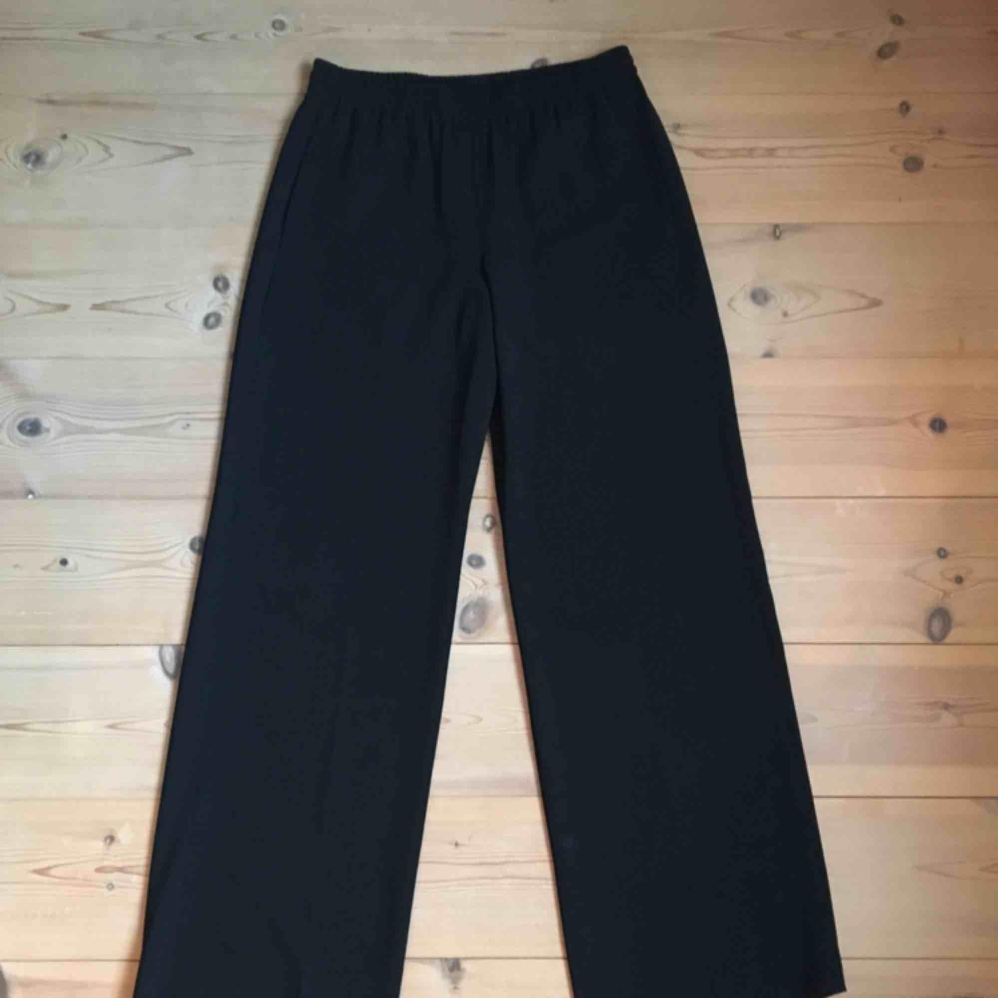 Svarta vida byxor, knappt använda . Jeans & Byxor.