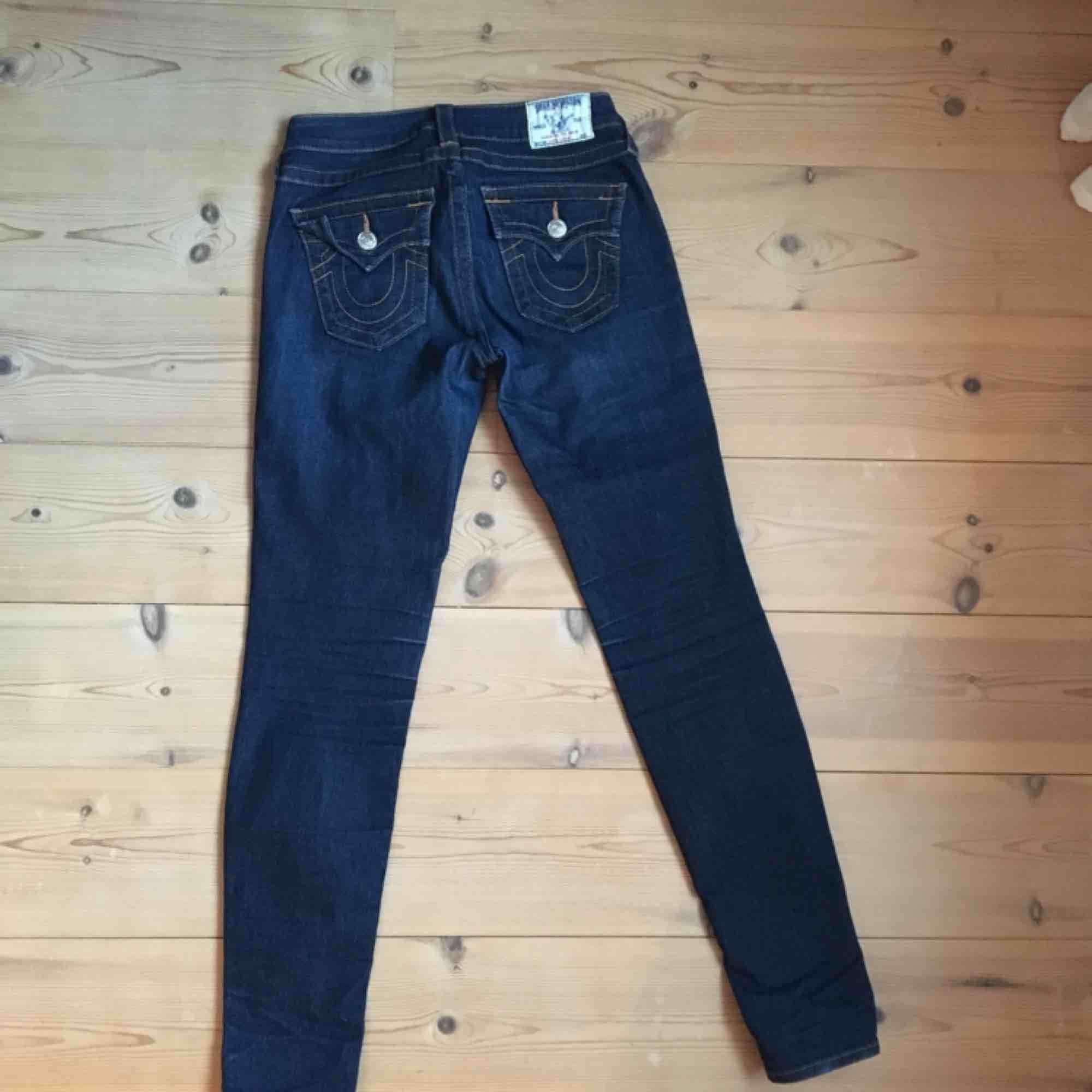 Mörkblå stuprörsjeans i stretch från True religion, fint skick! . Jeans & Byxor.