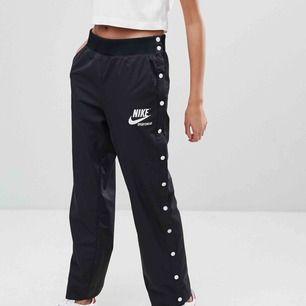 Nike - NSW Archive Snap Pant - Svart, storlek S. Aldrig använda med prislapp kvar.