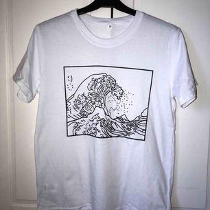 En vit t-shirt med tryck.  Aldrig använd pga att den var lite lite liten. Passar troligtvis de flesta med stl. Xs/s/m. Köparen betalar för frakten :)