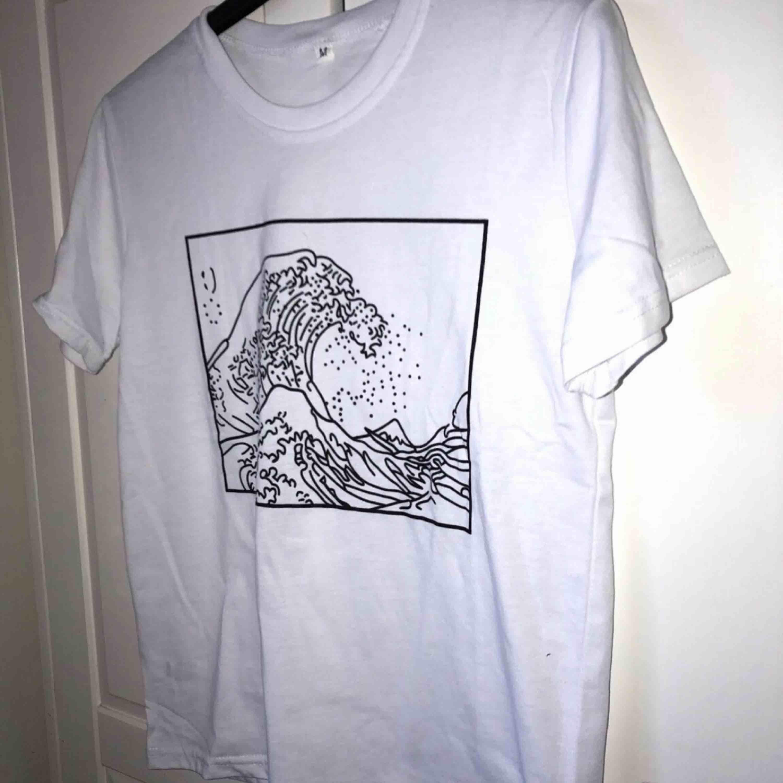 En vit t-shirt med tryck.  Aldrig använd pga att den var lite lite liten. Passar troligtvis de flesta med stl. Xs/s/m. Köparen betalar för frakten :). Övrigt.