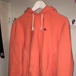 Orange champion hoodie. Egentligen strl. L i herr men passar en strl. M dam bättre. Lappen sitter kvar✨