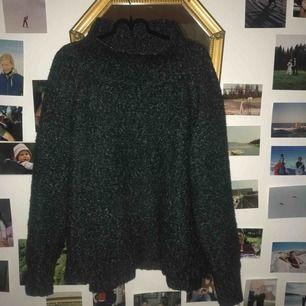 En mossgrön stickad tröja från Hm med vid polokrage