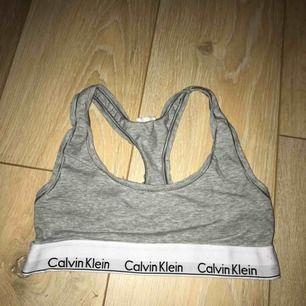 Calvin Klein top Använd några gånger endast. Köparen betalar frakt, lappen är bortklippt. Säljer på grund av för liten!