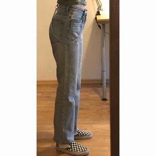 Jeans von Weekday im Voyage-Modell und der Farbe Spring Blue. Versand inbegriffen! Hinweis: Die Kette ist nicht enthalten. Versand: 55 kr.