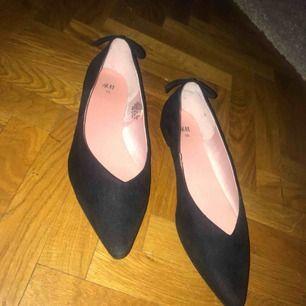 Ballerinaskor köpta i New York på hm, använda en gång! Säljer pga platsbrist