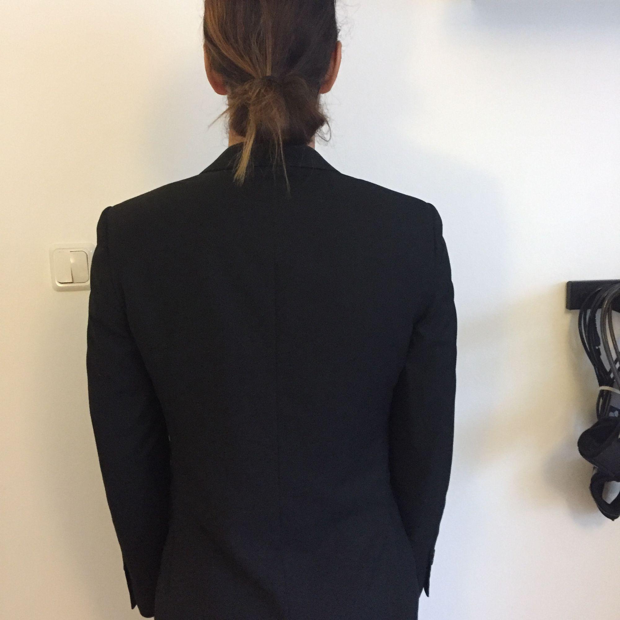 Svart kavaj, använd en gång. Regular fit.  Kan mötas i centrala Stockholm vid köp eller skickas (köpare betalar frakt).. Kostymer.