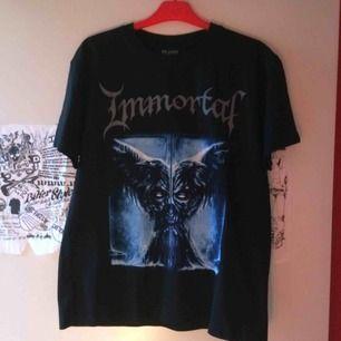 Oanvänd tshirt med print på bägge sidor i storlek M. Frakt tillkommer med 39 kr i postens S påse.