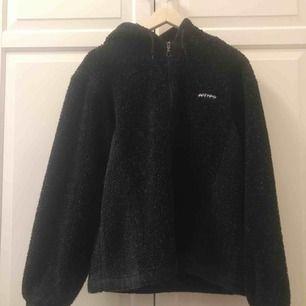 En tunn teddyjacka storlek M, funkar även på vintern med en tjockare tröja! supermysig!! Frakt inräknat i priset!!