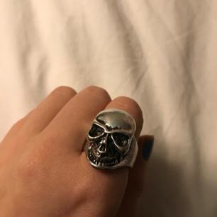 Säljer min silverplackerad dödskalle ring. Frakt kostar 9kr!!
