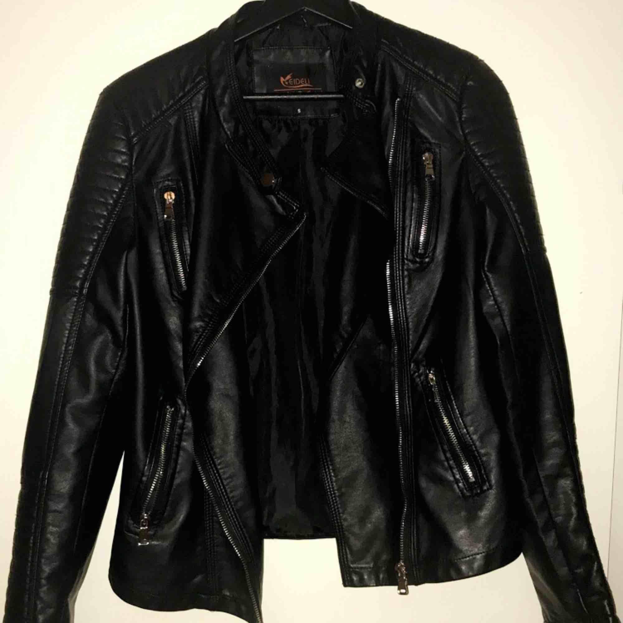 Säljer en chiquelle liknande skinn jacka (moto jacket) i storlek S, sparsamt använd. Köparen står för frakten 🌹. Jackor.