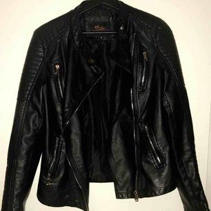 Säljer en chiquelle liknande skinn jacka (moto jacket) i storlek S, sparsamt använd. Köparen står för frakten 🌹