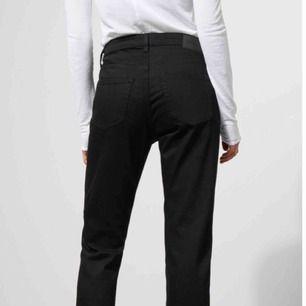 💓HELT NYA💓 Seattle jeans från weekday!Superskön modell med loose fit! Köpte dessa från asos och glömde bort dem i några månader (?!?) vem gör så ... iaf, nu har jag köpt en mindre strl och säljer de här till någon lycklig 💗💗