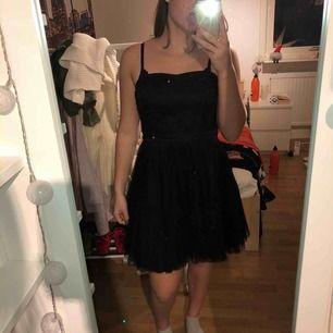 Sör klänning, vet ej hur mycket den har används då jag fått den men jag har endast testat den. Kan mötas upp i Halmstad eller fraktas, fraktavgift tillkommer.