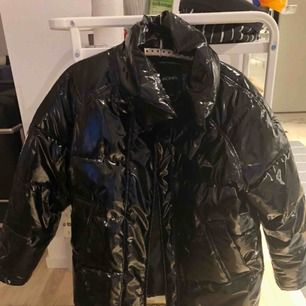 Lackad/latex/vinyl jacka från Monki i bra skick. Köparen står för fraktkostnad.