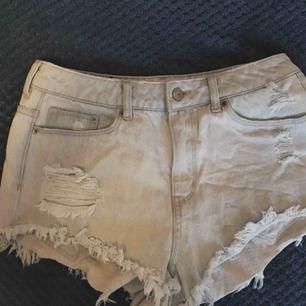 Jeansshorts men slitningar från h&m storlek 38, skulle säga att dem passar en S❤️