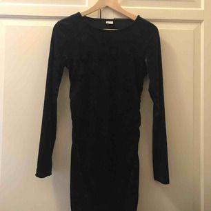Sammetsklänning från Gina, storlek M, frakt inräknat i priset💗 Går till lite över knäna på mig som är 170 cm