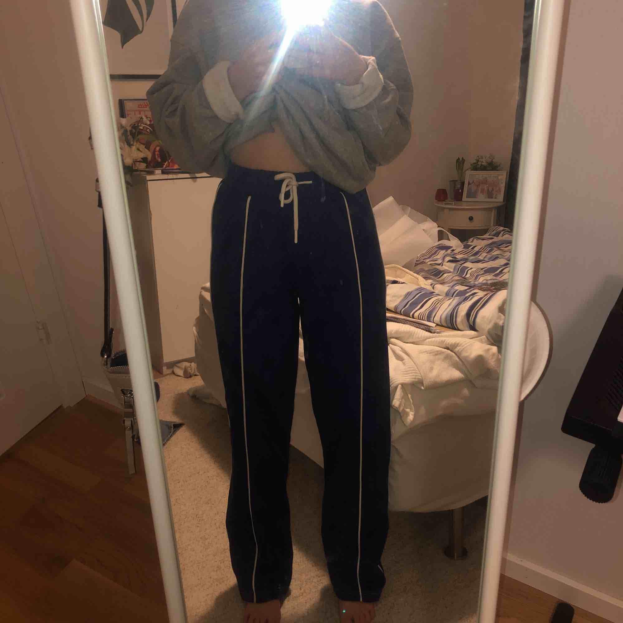 raka blåa byxor från topshop med vit rand. Jeans & Byxor.