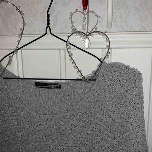 """🐨 En mysig """"stickad"""" grå tröja från lager 157 den e varm men eftersom att det är """"hål"""" i tröjan blir den lite mer luftig. 🐨"""