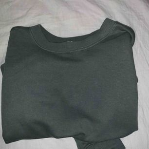 🍃 En grön blå croppad sweatshirt från H&M (mer åt det gröna hållet). 🍃