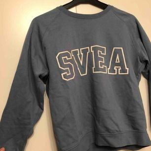Svea sweatshirt, använd 2 gånger. Storlek xs men är lite oversized så passar en s också! Nypris: 299kr