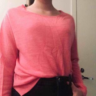 En rosa myströja, varm och mysig. Perfekt att ha över ett linne eller på myskvällar. Jag har använt denna tröja många ggr men det gör inte tröjan sliten eller ful. Tröjan har en liten fläck på vänstra armen.