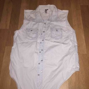 Fint linne/skjorta i jeans. Inte slitet bara lite skrynklig vilket går att stryka bort. Går att knyta. Jag har ingen bild på när jag har den på mig, den var för liten 😂