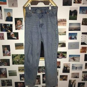 Monki jeans mom fit. Ljusblå retro tvätt med hög midja. Fint skick men passar inte längre.