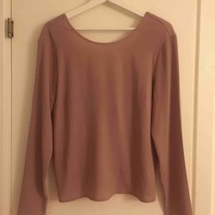 Säljer denna jättefina blus från Nelly med fin rygg. Endast använd en gång! Fraktar bara! :)