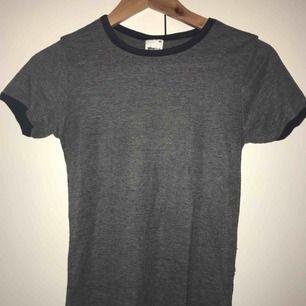 Grå T-shirt, väldigt basic!:)