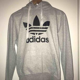 Grå adidas hoodie