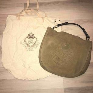 Lauren by Ralph Lauren, beige/grå/brun läder väska med rött foder. Väskan är endast använd vid två tillfällen, inte riktigt min färgskala. Kommer med dustbag och info om väskan som jag gick med när jag köpte den. 100% Ralph Lauren. Skickar helst.