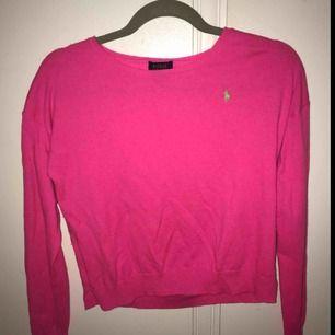 En supersnygg  rosa tröja från Ralph Lauren i storlek XL (barnstorlek) Eftersom att det är XL i barnstorlek skulle det passa dig som använder XS-S eller 158-164 :) En lite mindre åtsittande tröja 👍🏼