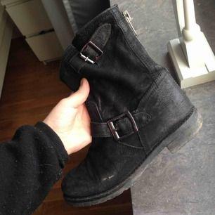 Boots från dinsko, har använt dom en del men de är ändå i fint skick, inga hål, finns en dragkedja baktill och på insidan