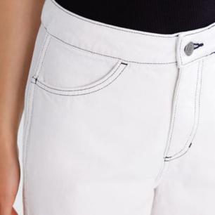 Vita jeans från weekday med svarta sömmar. Bra skick! På lappen säger storleken säg va 42 men är själv 42 och de är lite för små så skulle därför säga 40!
