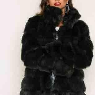 Faux fur pälsjacka från nelly.com för 999kr! (väldigt varm så kan användas på vintern) Köpte förra året så endast använd 1 vinter (därför i väldigt bra skick)  FÄRG: mörk grön  Säljer pga att jag inte kan ha den längre  (( MÖTS UPP I STOCKHOLM ))