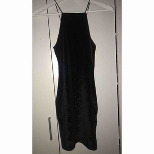 Svart fest tight klänning i ormskinn mönster, storlek 36. Köpt från H&M och använd vid ett tillfälle.