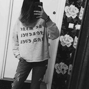 Sweater från Zara säljes pga kommer ej till använding, sitter som liiite oversize på mig som brukar ha xs/s jätte fin!!