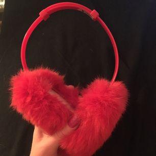 Ihop fällbara och justerbara röda öron muffar! Vet ej om de är riktig päls men ser ut som de.