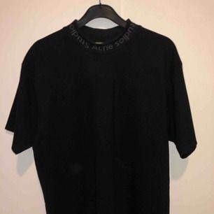 Super snygg Acne T-shirt storlek S (Unisex) Köpt på acne butiken i stockholm,aldrig använd säljer pga att ja inte har användning för den. Ny pris 1500kr  Skriv för fler bilder!!