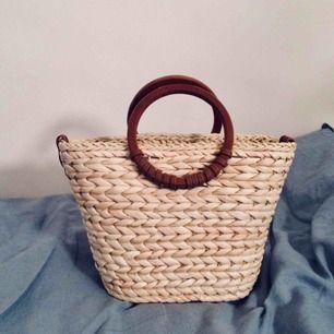 Oanvänd liten stråväska med förlängningsrem. Köpt i N.Y. och passar till såväl stadsstrosandet som stranden. Nypris ca 450 kr. Fler bilder kan ordnas :)