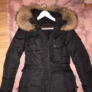 Säljer en svart hollies livigno jacka i storlek 34. Köptes i december 2017 och den är använd ca 4-5 gånger, så den är i väldigt fint skick! Köptes för 5000kr