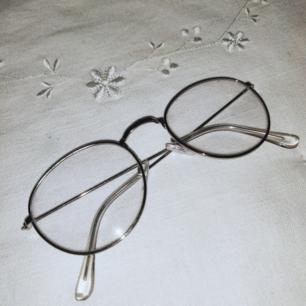 Trendiga fejkglasögon i silver, super snygga men säljer då jag numera använder riktiga glasögon. Oanvänd putsduk  tillkommerfrakt ❣️  Köpare står för frakt