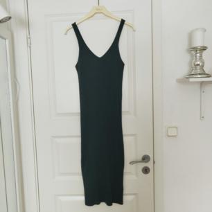 Snygg bodycon klänning från Gina Tricot som passar till fest. Använd vid ett tillfälle (se bild). Materialet är strechigt och ribbat, passar därmed även M. Köpare står för frakt ❣️